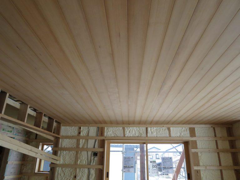 栂板を天井に貼る