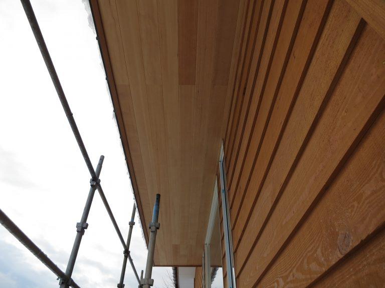 軒裏天井に栂材使用