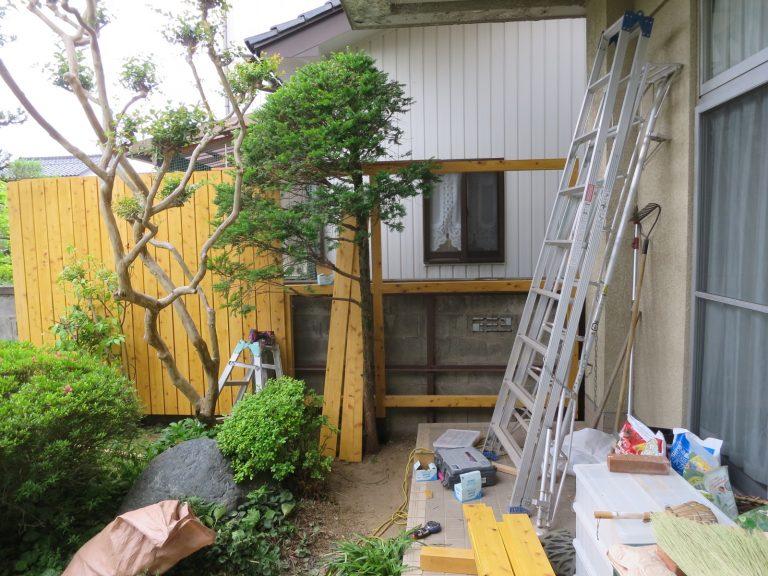 木の塀を組み立て中