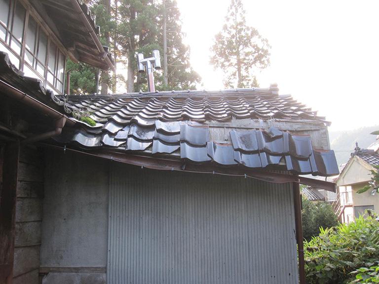 折れた屋根の修理