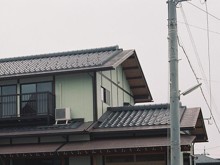 屋根先の雪が落ちやすい
