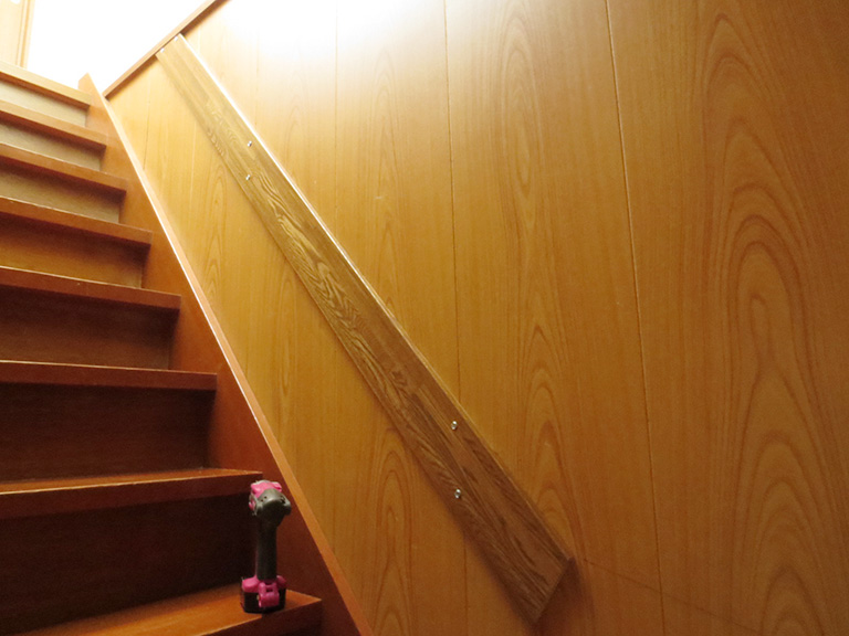 階段の手すりを取り付け